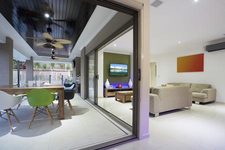 Stilvolle offene Wohnlandschaft mit bunten Möbeln und LED-Leuchten