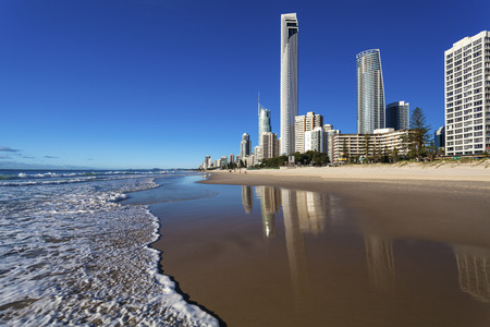 Zicht op Surfers Paradise van het strand op Queensland's Gold Coast Stockfoto