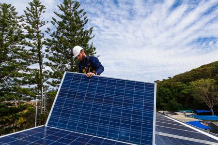 paneles solares: Panel Solar t�cnico instalaci�n de paneles solares en el techo Foto de archivo