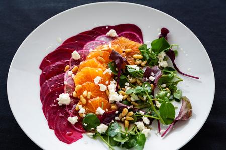 berros: carpaccio de remolacha con naranja, berros, piñones y queso feta Foto de archivo