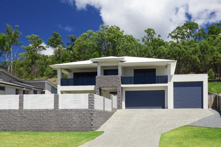 Modernes Haus außen an einem sonnigen Tag Standard-Bild - 55433716