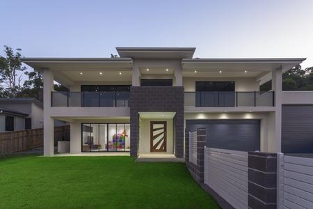 exteriores: exterior de su casa moderna en la oscuridad