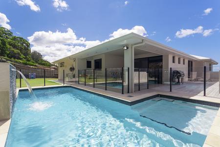 Stilvolle Wohn Garten mit Schwimmbad Standard-Bild - 55433969
