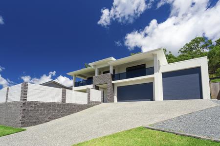 exterior de su casa moderna en un día soleado Foto de archivo