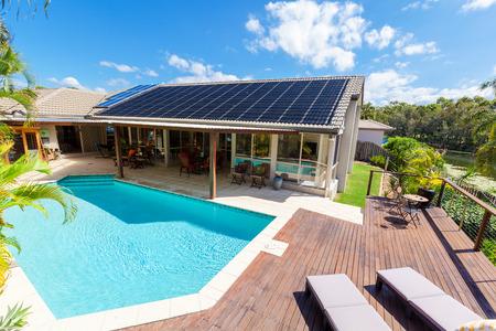 Patio trasero con piscina en el hogar con estilo Foto de archivo - 65805833