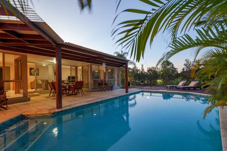 Hinterhof mit Pool in stilvolle Haus Standard-Bild - 65805841
