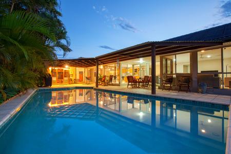 Patio trasero con piscina en el hogar con estilo