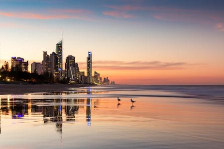 夕暮れ、金の海岸、オーストラリアのサーファーの楽園 highrises