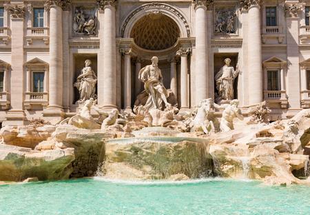 Blick auf Trevi-Brunnen an einem Sommertag, Rom, Italien