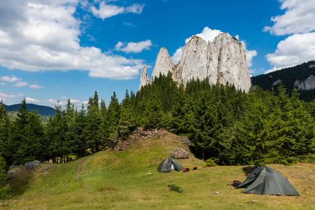 Campers auf Bergspitze an einem sonnigen Tag