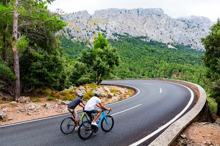 Radfahrer reiten den Puig Major Peak auf Mallorca, Spanien