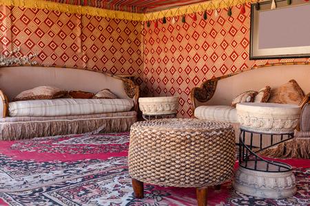 Innenraum eines Wüstenzeltes für Touristen, VAE Lizenzfreie Bilder