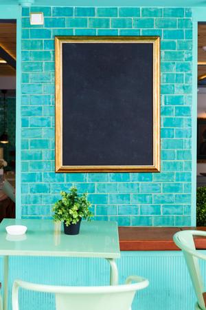 Empty blackboard in vintage coffee shop Lizenzfreie Bilder