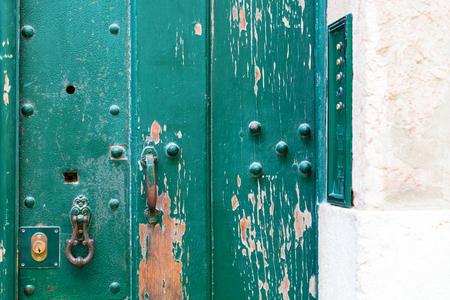 Vintage Eingang zum portugiesischen Wohnblock von Wohnungen