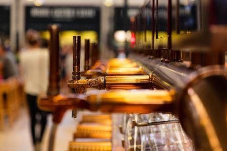 Gros plan des robinets de bière cru à l & # 39 ; intérieur du restaurant Banque d'images - 81223190