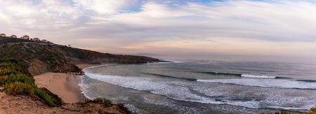 Panoramablick auf Surfer von Santo Isidoro, Portugal