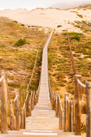 Hölzerner Gehweg und Treppe Richtung Guincho Beach, Portugal