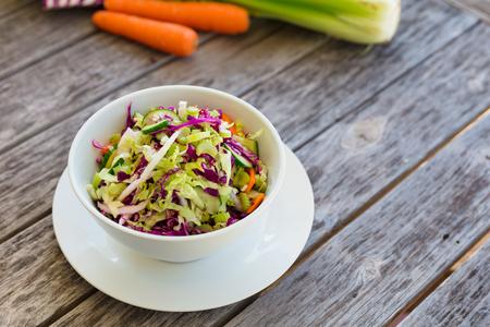 Gesunder Schalensalat auf Holztisch