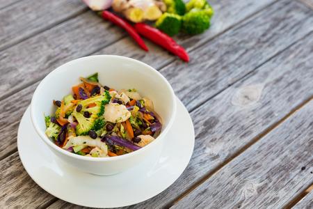 Niedrige fette Gemüse- und Hühnerbraten auf Holztisch braten