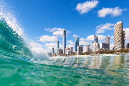 オーストラリア、ゴールドコーストのサーファーズパラダイスの水からの眺め