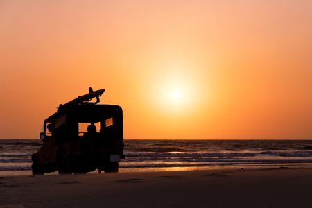 Surf Rettungsfahrzeug am Strand bei Sonnenuntergang, Goa, Indien