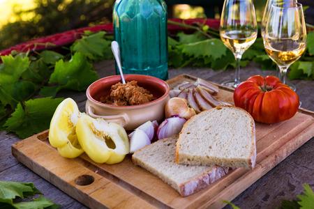Rustikale Picknick im Freien auf Weingut mit Wein und Essen Standard-Bild