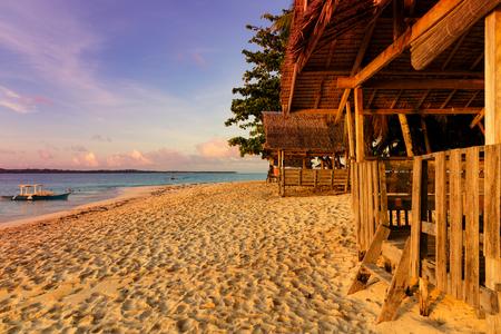 Strandhütte auf unberührten tropischen Philippine Island bei Sonnenuntergang Standard-Bild