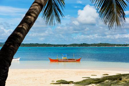Tropical Guyam Island mit traditionellen Fischerbooten, Siargao, Philippinen