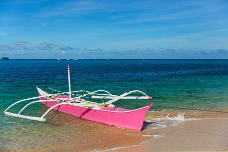 Traditionelles Fischerboot am unberührten Strand, Siargao, Philippinen