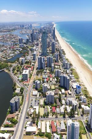 Vertikale Luftaufnahme des sonnigen Surfer-Paradieses auf dem Gold Coast, Queensland, Australien Standard-Bild - 95012856