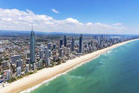 Sonnige Luftaufnahme des Surfer-Paradieses inländisch schauend auf dem Gold Coast, Queensland, Australien Standard-Bild - 95012886