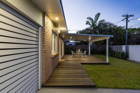 Frente moderno hogar australiano al atardecer