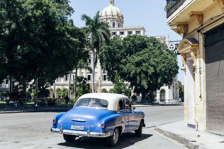 Hawana, Kuba - październik 2018: Kultowe zabytkowe samochody i architektura Hawany jest główną atrakcją turystyczną.