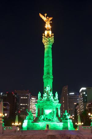 angel de la independencia: Estatua del ángel de la independencia en la ciudad en la noche Editorial