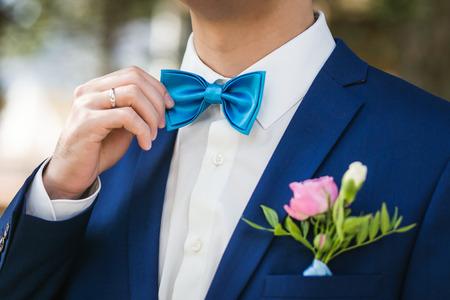 El Novio Elegante Del Primer Arropado En Chaqueta Azul Y La