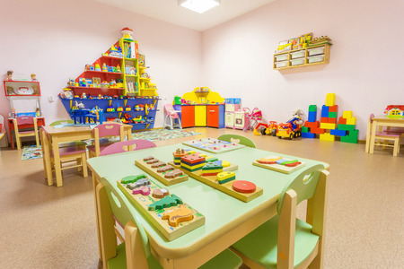 Perzik gekleurde spelkamer in de kleuterschool. Stockfoto