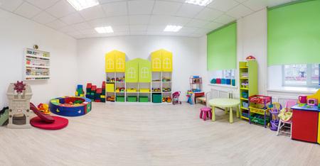Een grote speelkamer op de kleuterschool. Breed panoramisch beeld