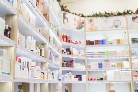 Estantes con productos para el cuidado de la piel y el cabello en una tienda de cosméticos Foto de archivo