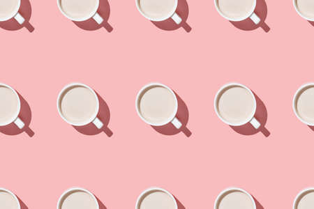 A seamless pattern of coffee and cocoa with cream on a pink table flat lay above 免版税图像