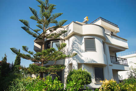 White mediterranean cottage with garden 免版税图像