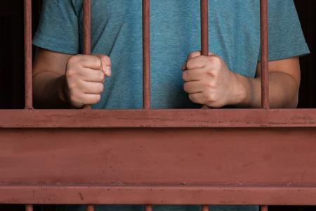 carcel: manos del hombre la celebración de barras en cárcel