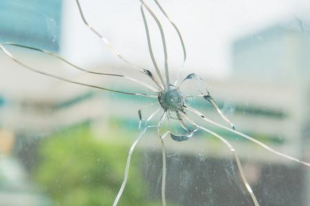 lanzamiento de bala: Cierre de cristal grieta Foto de archivo