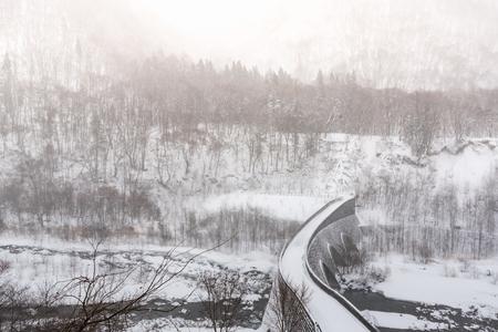 겨울에 snowand 햇빛에 의해 아름 다운 돌 다리 커버 okuhida 다카야마 일본.