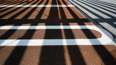 光と影のパターンのアスファルト駐車場