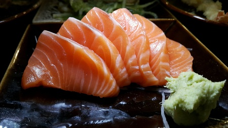 Zalm sashimi en wasabi op de decoratie gerecht Stockfoto