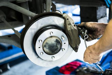組立車 DiscBrake のメカニックのシーン。選択的な焦点を当てています。