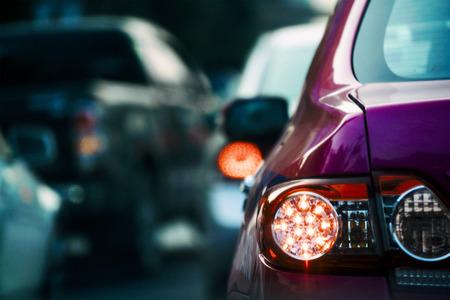 Auto Vastgelopen in slechte file wanneer spitsuur, selectief gericht.