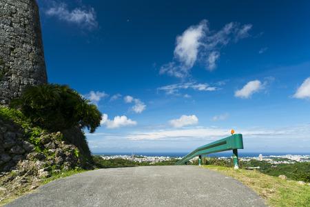 Okinawa, Japan - 23 oktober 2016: landschap naast van Nakagusuku kasteelruïnes, het beroemde kasteel van toeristische attractie in Ryukyu koninkrijk, Okinawa, Japan.