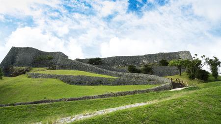 Okinawa, Japan - 23 oktober 2016: Katsuren kasteel ruïneert landschap, het beroemde kasteel van toeristische attractie in Ryukyu koninkrijk, Okinawa, Japan.