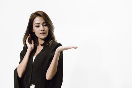 Aziatisch onderneemsterportret en riseup haar linkerhand op witte achtergrond met exemplaarruimte.